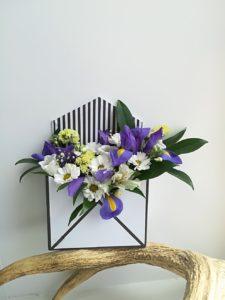 Бело-синий конверт с цветами