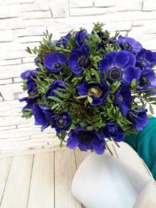 Букет синих анемонов