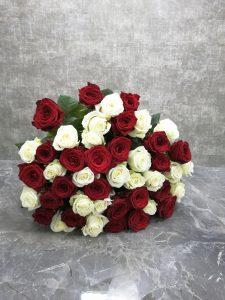 Длинные розы в букете