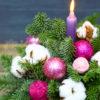 новогодняя композиция с малиновыми шариками