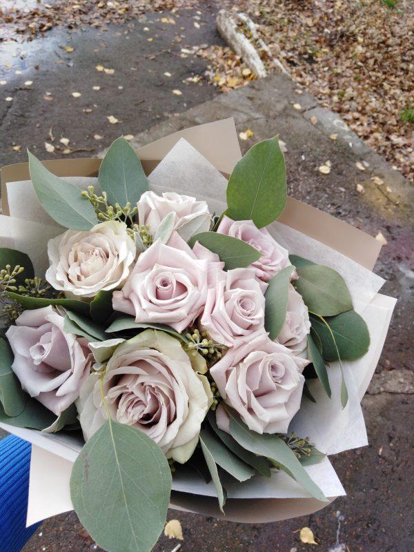 серые розы