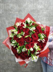 розы и альстромерии