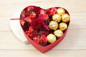 красная коробка с цветами
