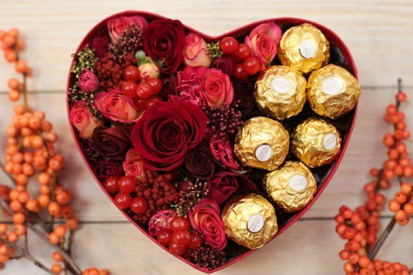 конфеты в коробке с цветами
