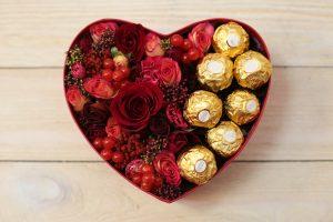 коробочка с красными цветами