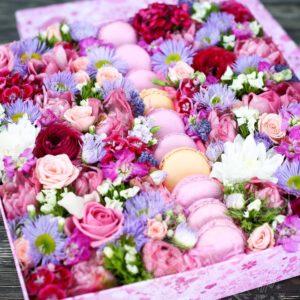 Большая коробочка с цветами и макаронс