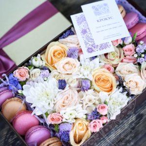 сиреневая коробка с цветами