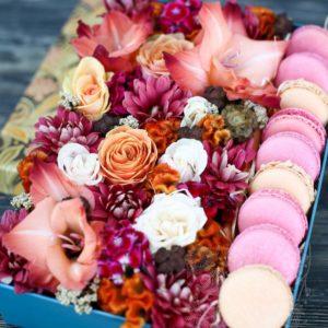 синяя коробка с цветами и макарунами