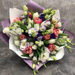 эустомы с тюльпанами