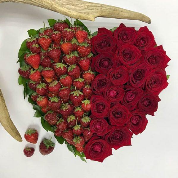 сердце из клубники с розами
