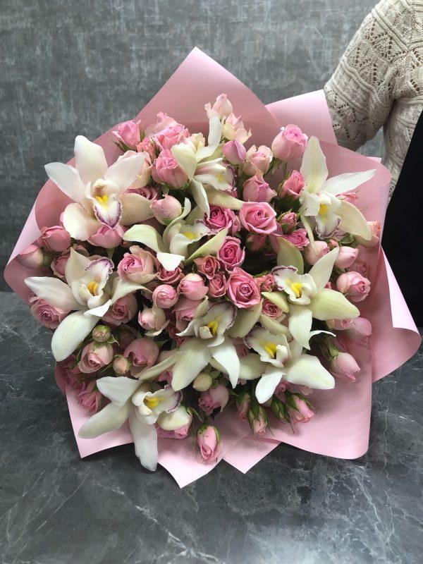 кустовые розы и орхидеи