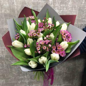 белые тюльпаны и хамелациум