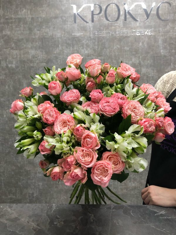 нежный букет с альстромериями и розами