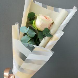 роза в матовой пленке