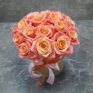 яркие розы в шляпной коробке