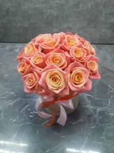 оранжевые розы в шляпной коробке