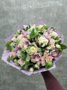весенний букет с розами