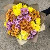 яркий букет из кустовых хризантем