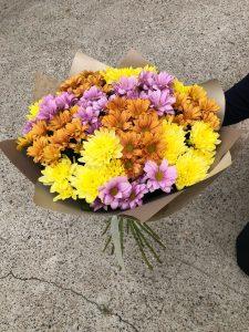 букет с фиолетовыми кустовыми хризантемами