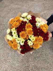 букет с бордовыми хризантемами