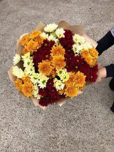 букет с бордовыми кустовыми хризантемами