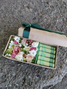 цветы в коробке с деньгами