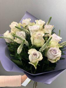 букет из роз с вероникой