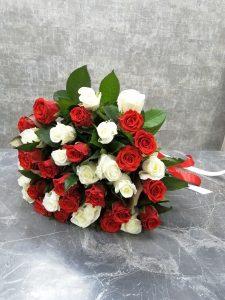 букет из контрастных роз