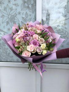 яркий букет с нежными розами
