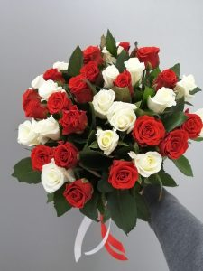 ярко-красные розы
