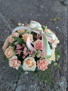 нежно розовые цветы в корзине