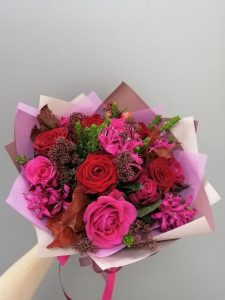 ярко розовые розы