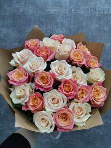 букет из роз в крафте