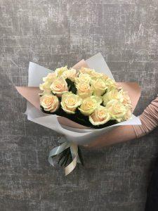 розы на сером фоне