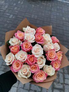 букет с яркими розами