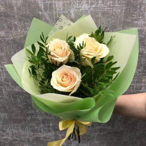 букет из трех роз с зеленью